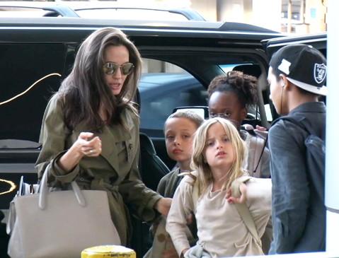 Мать-героиня! Хрупкая Анджелина Джоли носит по две большие сумки сразу