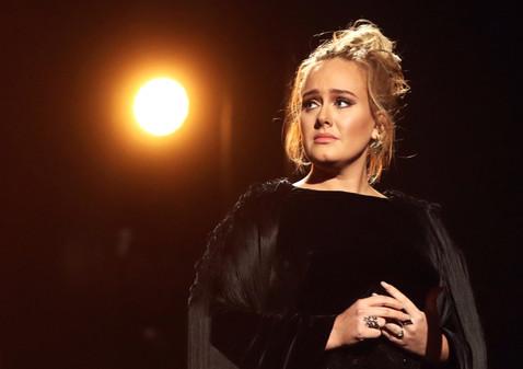 Певица Адель прибыла на место трагического пожара в Лондоне и разрыдалась