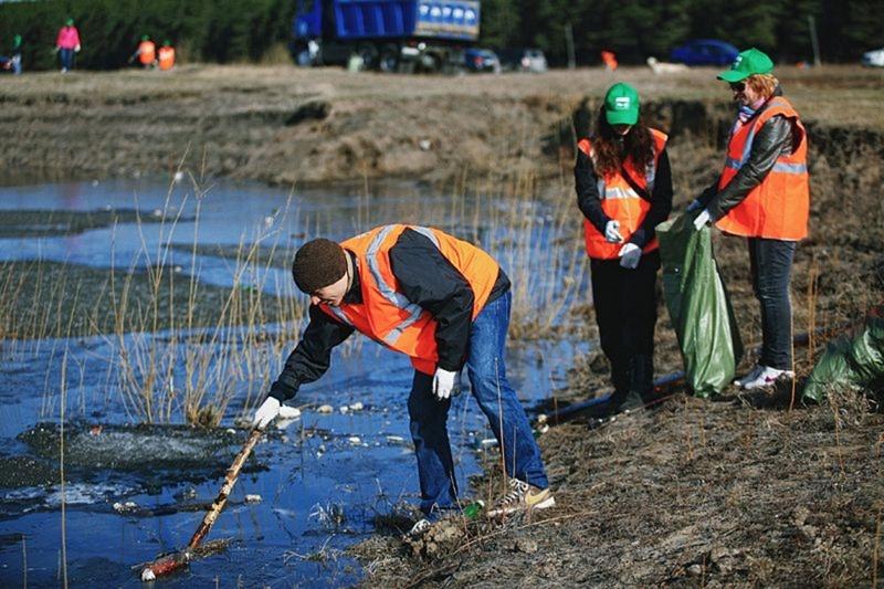Тюменские водоемы очистили от пластиковых бутылок и автомобильных покрышек