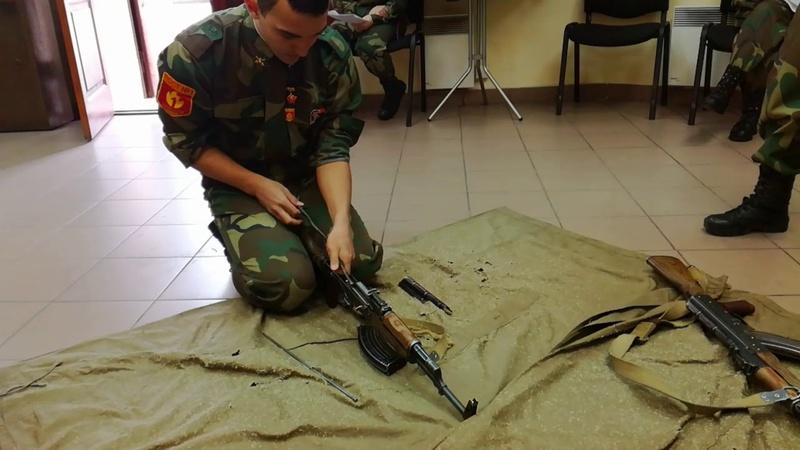 Юные тюменцы позировали в касках и собирали автомат Калашникова