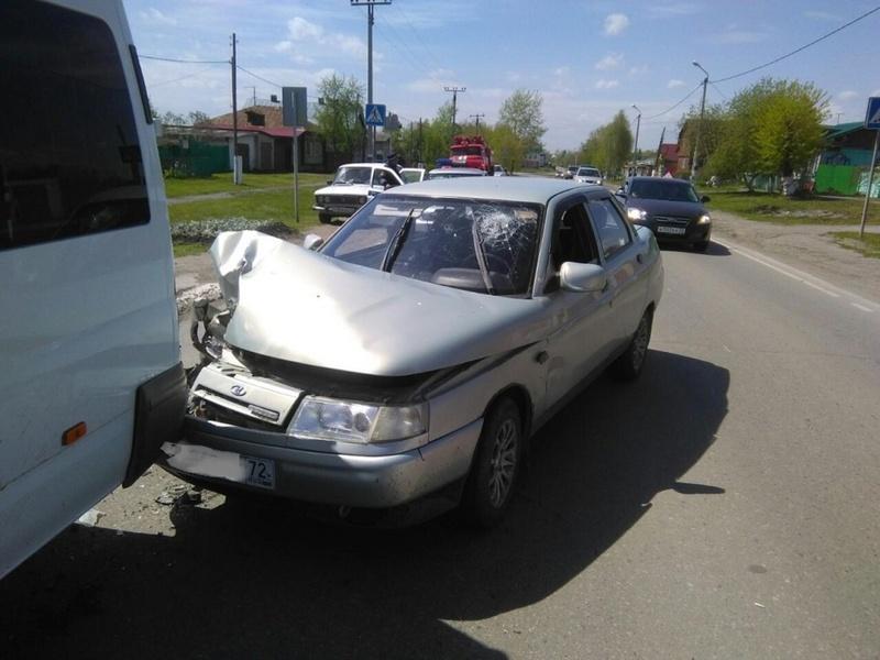 Новичок за рулем пострадал, врезавшись в маршрутку в Тюменской области
