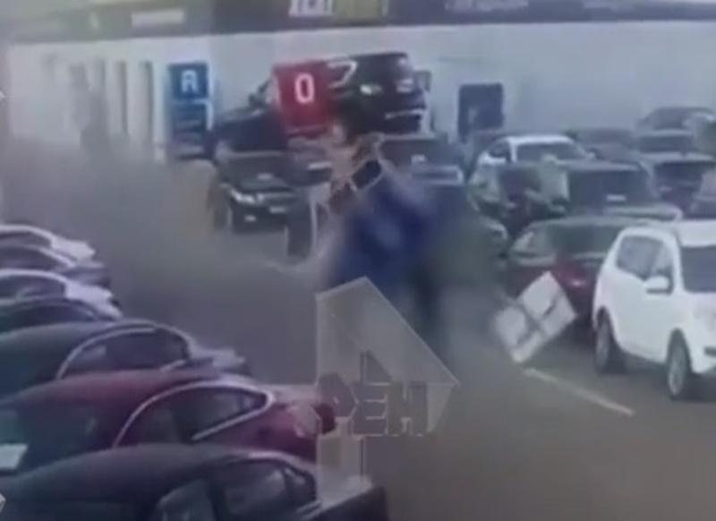 Появилось видео момента падения столба на молодого человека