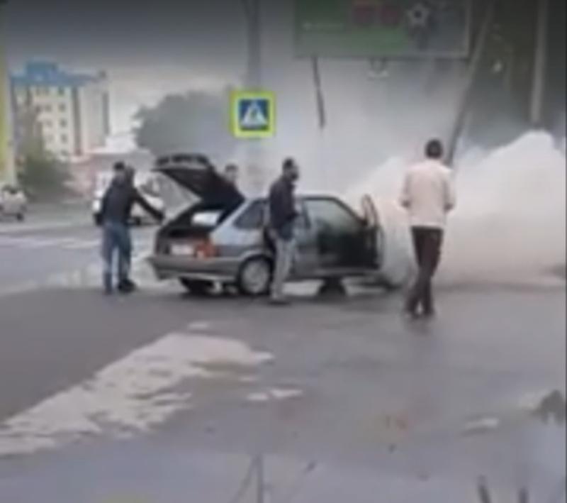 В Тюмени вспыхнул автомобиль, в котором сидели люди