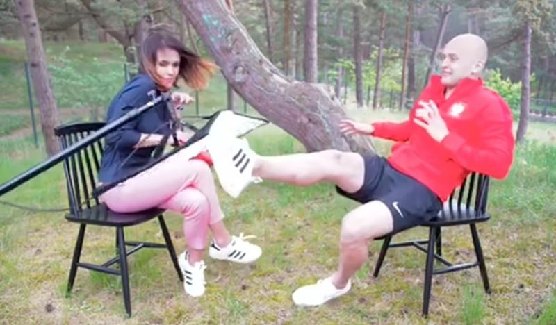 Видео спасения журналистки: футболист ногой отбил лампу