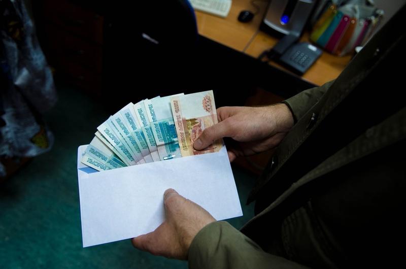 Рассчитывались деньгами и дорогим алкоголем: в Тюмени сотрудник РЖД, который брал взятки, лишился свободы