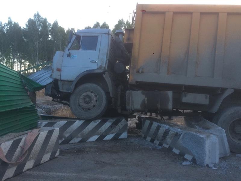 Под Тюменью КамАЗ снес бетонные ограждения - фото