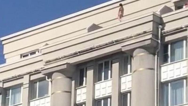 Обнаженная женщина разгуливала на крыше здания – видео 18+
