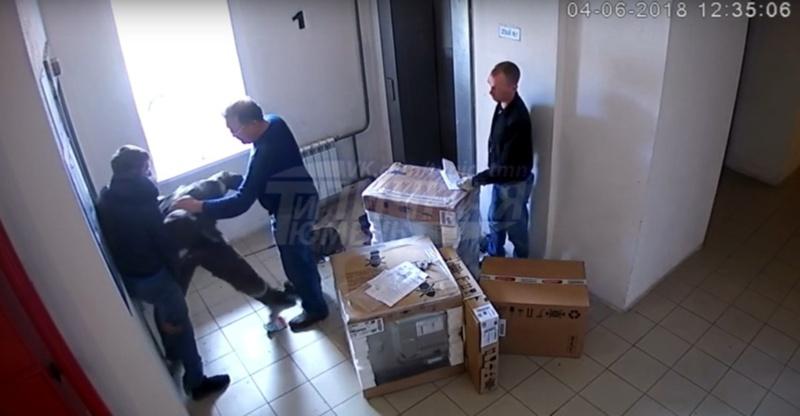 В Тюмени сорвавшиеся с цепи родственники избили лифтера из-за вопроса