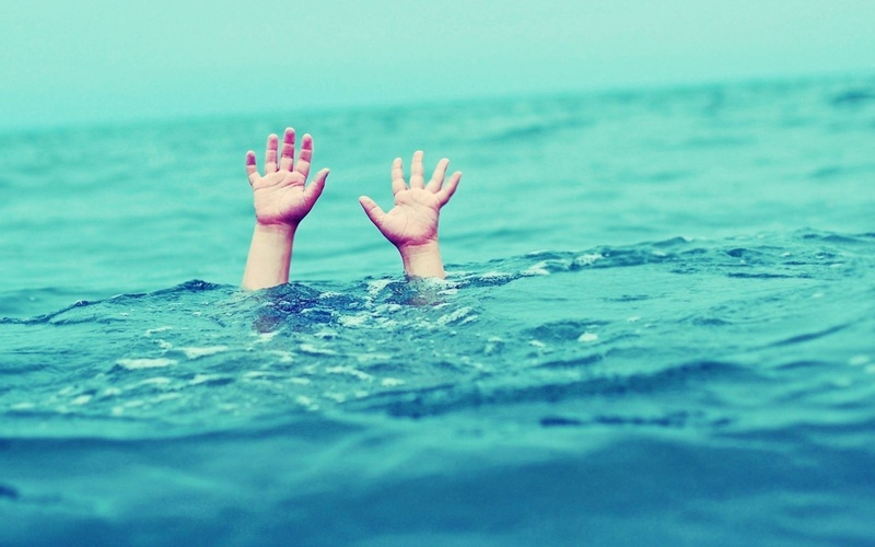 Пошел купаться, но не умел плавать: в Югре маленький мальчик утонул в водоеме