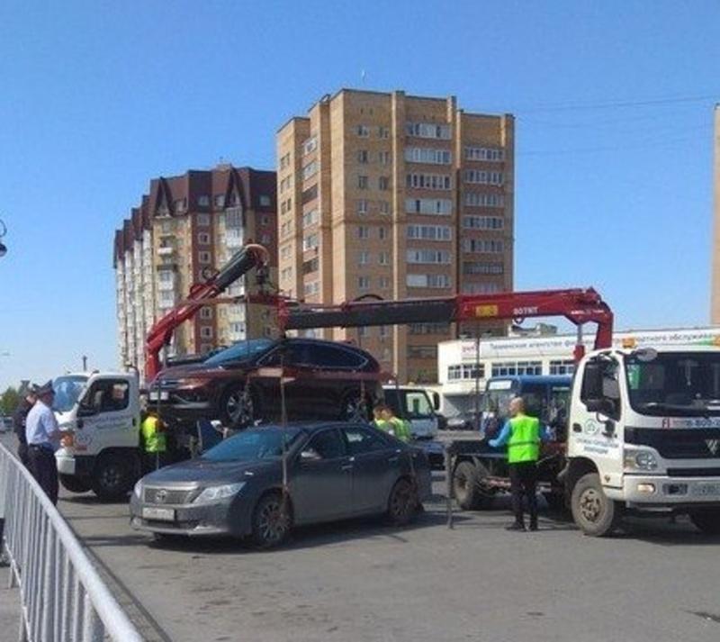 В Тюмени с территории железнодорожного вокзала эвакуировали автомобили