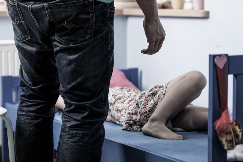 В Свердловской области мужчина изнасиловал 10-летнюю девочку и оставил 1000 рублей