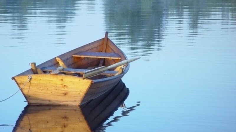 Потянулся за мешком: на Ямале мужчина погиб, выпав из лодки