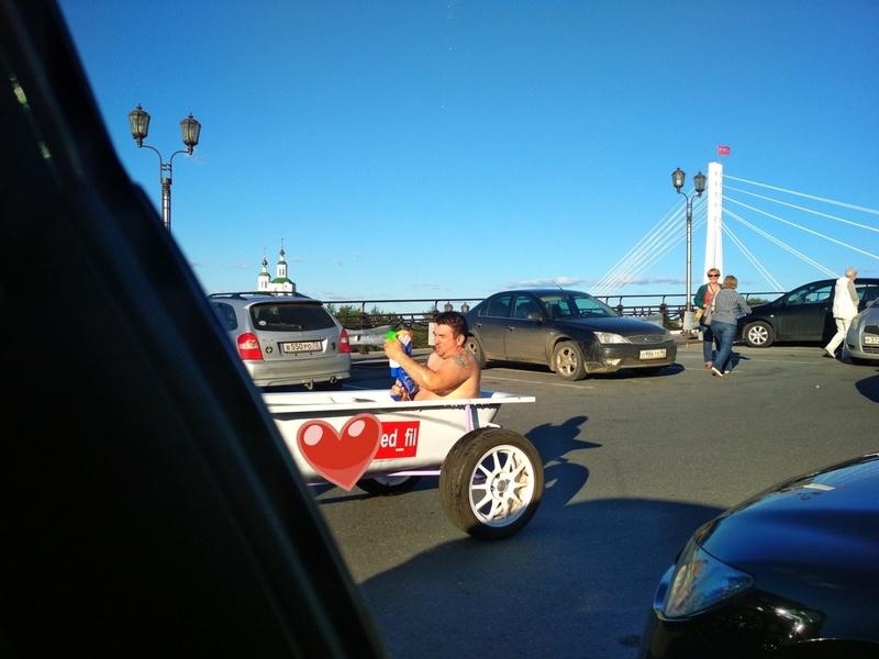 Тюменец прокатился в ванной по центру города
