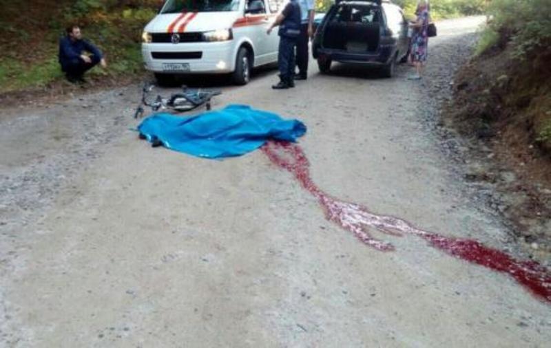 В Югре на затяжном повороте легковушка насмерть раздавила велосипедиста