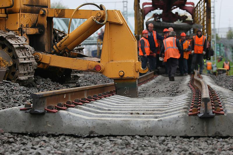 В Тюмени рабочие получили тяжелые травмы на железной дороге