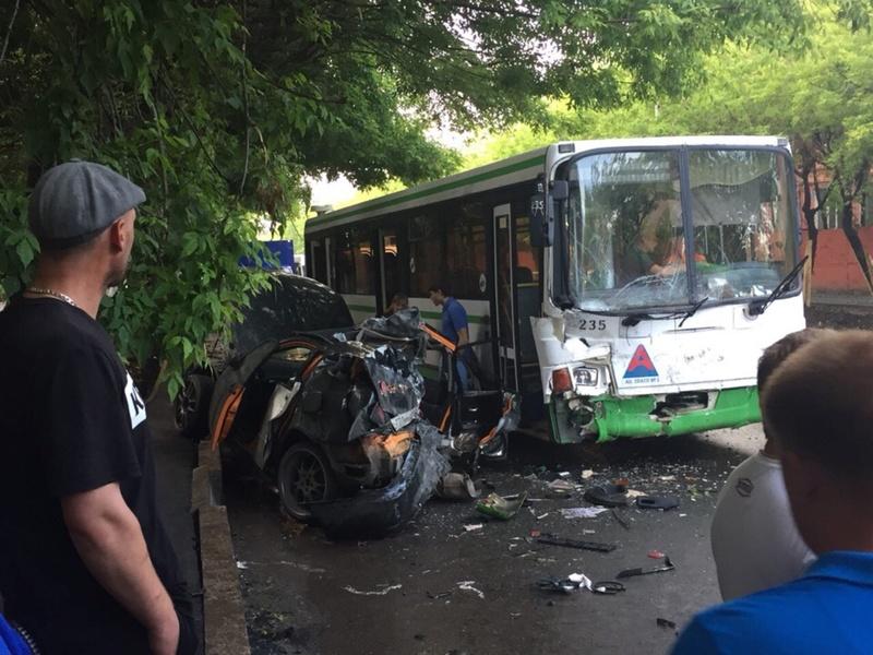 Занесло на скользкой дороге: в страшном тюменском ДТП погиб пассажир легковушки - фото