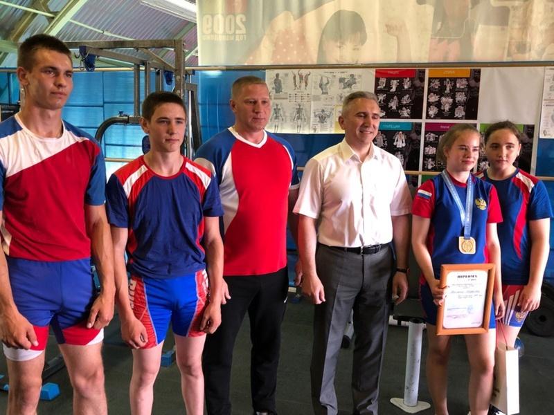 Александр Моор поздравил с победами 15-летнюю чемпионку по гиревому спорту