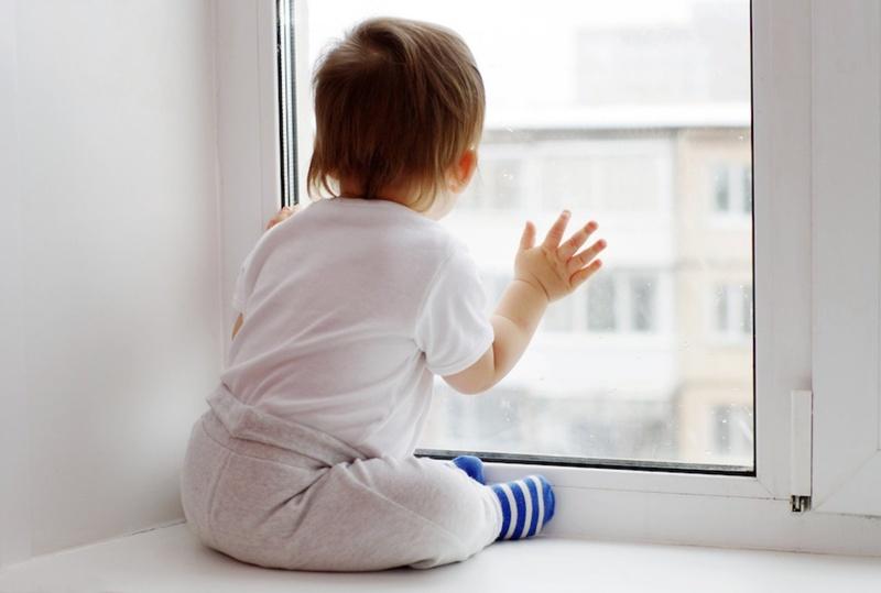 На Ямале маленький ребенок оперся на москитную сетку и выпал из окна