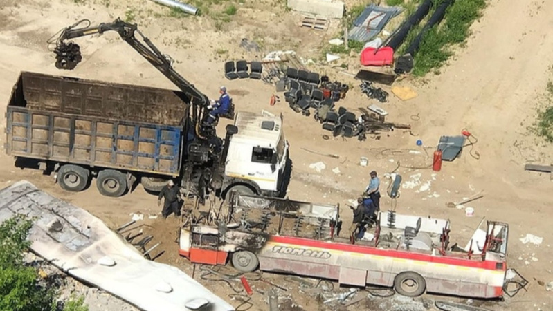 Закидали пламя песком и землей: на строительной площадке в Тюмени выгорел автобус
