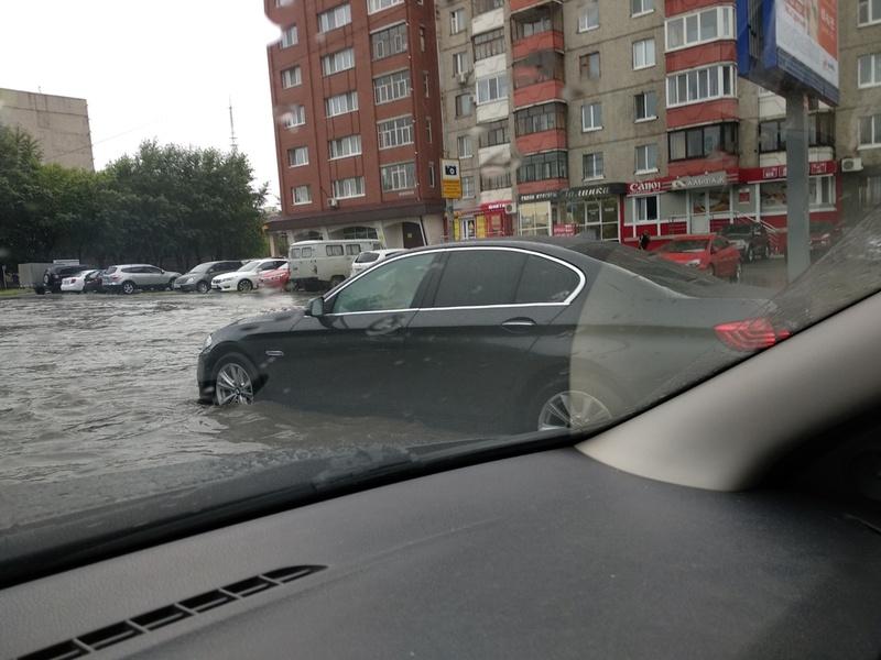 Всемирный потоп: после дождя тюменские улицы залило водой - фото, видео