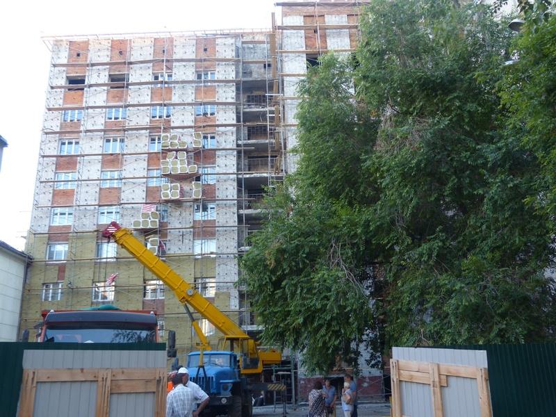 Облицовку на сгоревшей тюменской многоэтажке по ул Олимпийской подожгли на глазах жильцов и городских чиновников