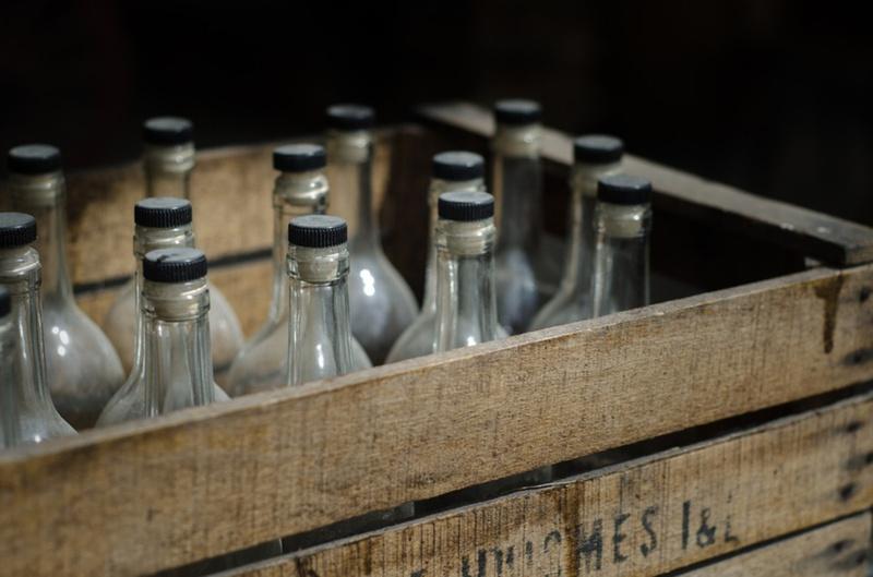 В Тюменской области у мужчины изъяли больше 16 тысяч бутылок контрафактного алкоголя