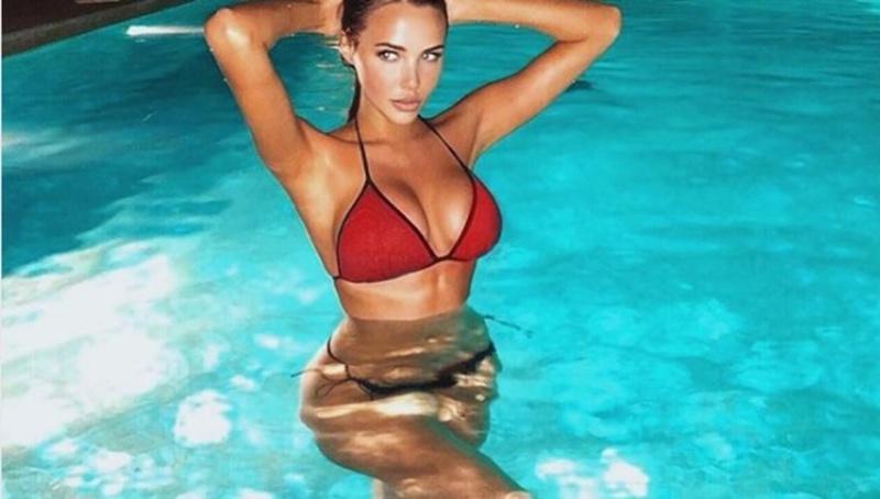 Даже вода закипела: Российская модель показалась полуголой в бассейне