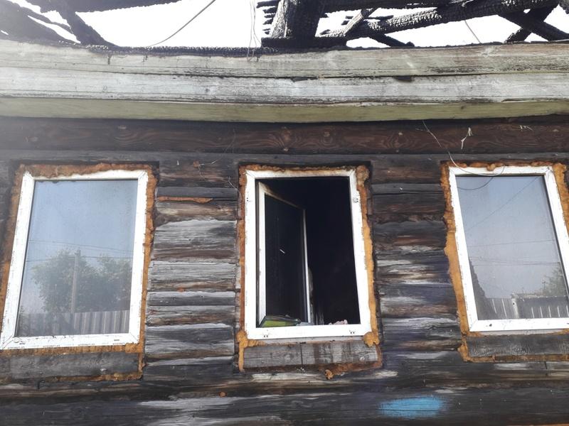 Выламывали окна, выкидывали младших: в тюменском селе сгорел дом многодетной семьи - фото