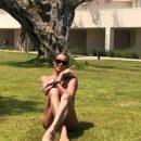 Российскую балерину застали полностью обнаженной под деревом