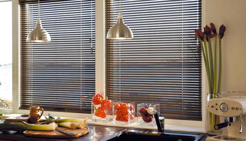 Чем заменить непрактичный тюль на кухне: 5 идей